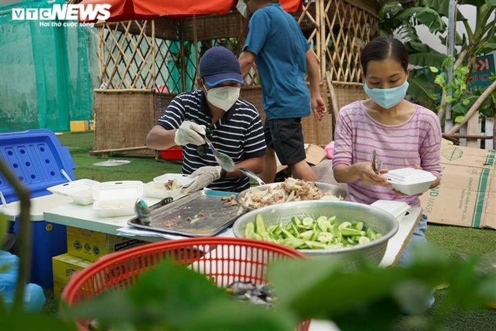 Nghỉ việc vì COVID-19, hàng xóm rủ nhau nấu cơm gửi tặng tuyến đầu chống dịch - 12
