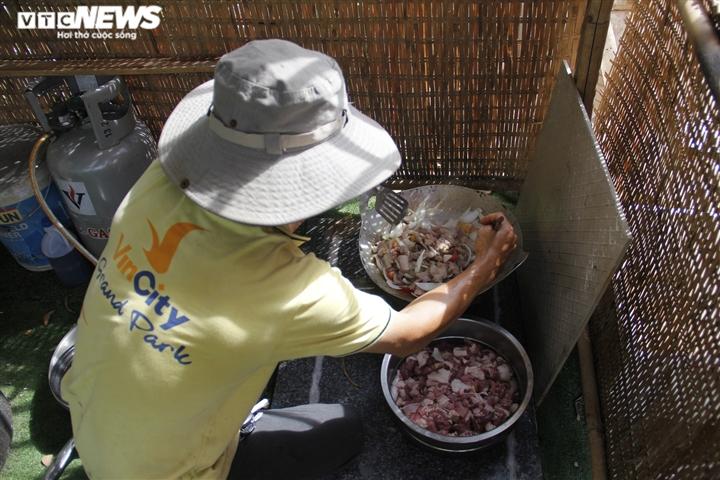 Nghỉ việc vì COVID-19, hàng xóm rủ nhau nấu cơm gửi tặng tuyến đầu chống dịch - 3