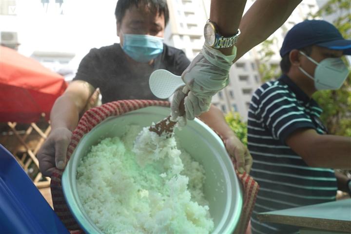 Nghỉ việc vì COVID-19, hàng xóm rủ nhau nấu cơm gửi tặng tuyến đầu chống dịch - 9