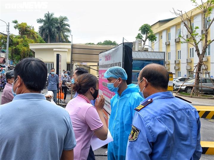 Ảnh: Dòng người chen chúc chờ tiêm vaccine COVID-19 ở Bệnh viện E - 9