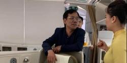 hanh khach bi bat vi nghi dat may quay len trong toilet may bay