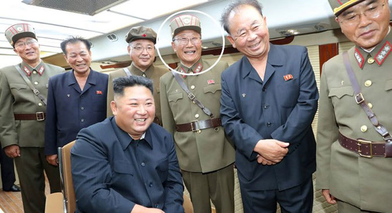 kim jong un phong quan ham cho hang tram nha khoa hoc