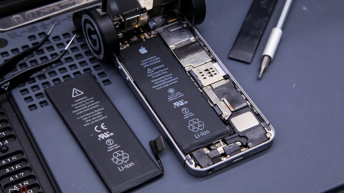 apple chan tinh nang theo doi tinh trang pin khong chinh hang tren iphone
