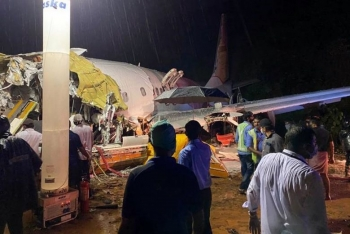 Máy bay Ấn Độ chở 190 công dân hồi hương trượt khỏi đường băng, vỡ đôi