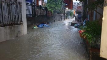 Mưa lớn suốt đêm, nhiều khu phố Hạ Long chìm trong nước