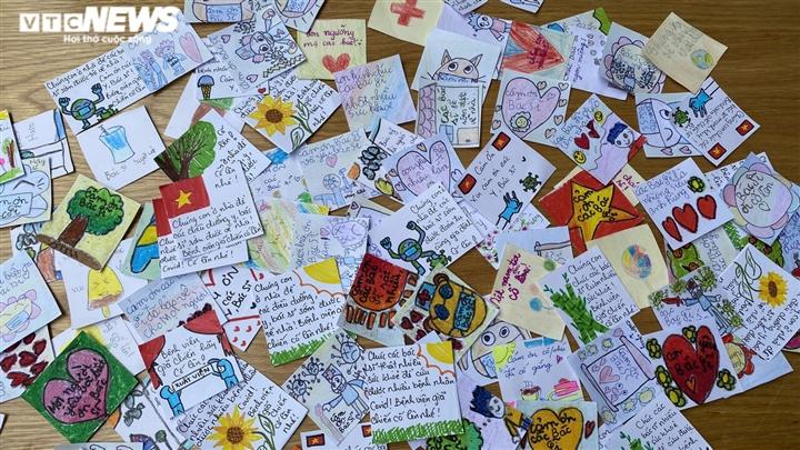 Những sticker ngộ nghĩnh kèm lời động viên trên hộp cơm gửi bác sĩ chống dịch