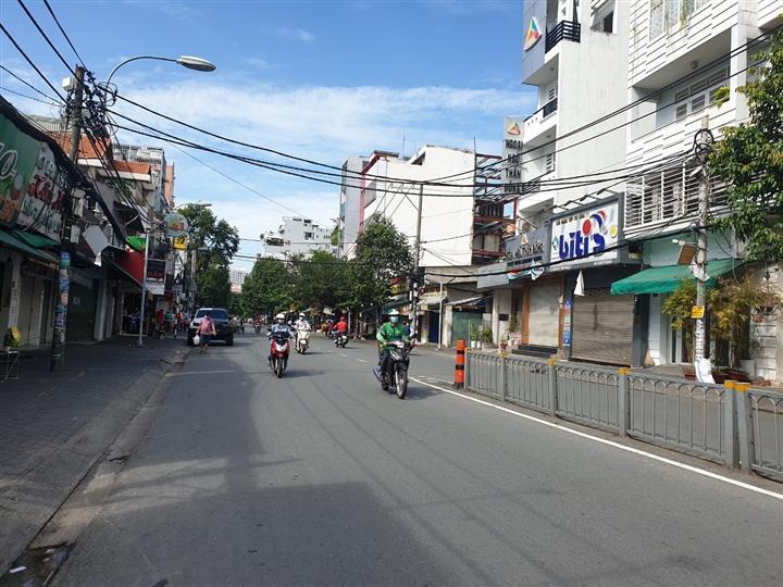 TP.HCM cho phép nhân viên siêu thị, cửa hàng tiện lợi ra đường sau 18h - 1
