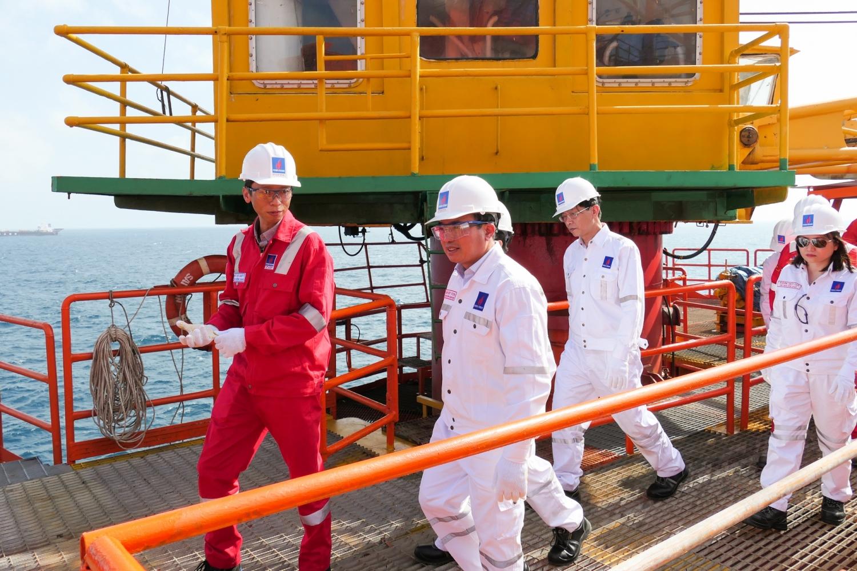 Đồng chí Hoàng Quốc Vượng - Bí thư Đảng ủy, Chủ tịch HĐTV Petrovietnam kiểm tra công tác trên công trình biển