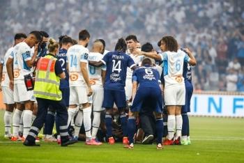 Cầu thủ Ligue 1 đột quỵ trong lúc thi đấu