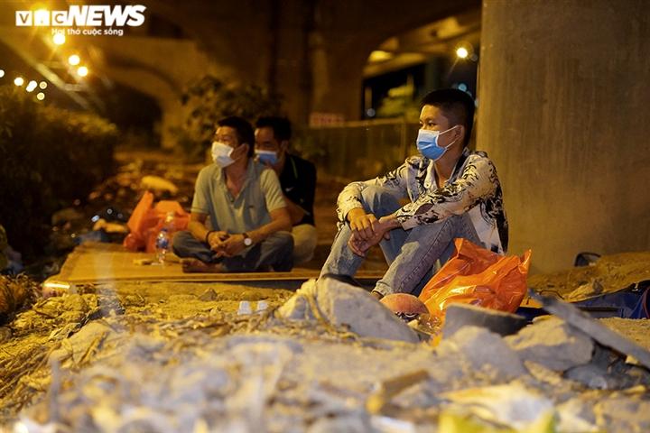 Mất việc phải ngủ gầm cầu, những mảnh đời lao động không còn chốn dung thân - 7