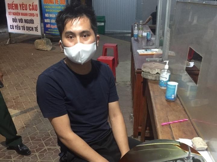 Người đàn ông Trung Quốc trốn trong cốp ôtô để qua chốt phòng dịch