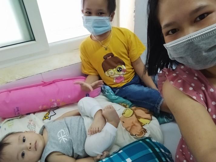 """Nữ điều dưỡng F0 kiêm """"bảo mẫu"""" cho 3 em nhỏ trong khu điều trị COVID-19 -1"""