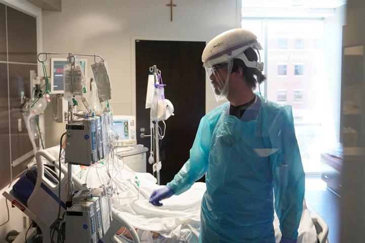 Số người chết do COVID-19 ở Mỹ bất ngờ tăng vọt 23% - 1
