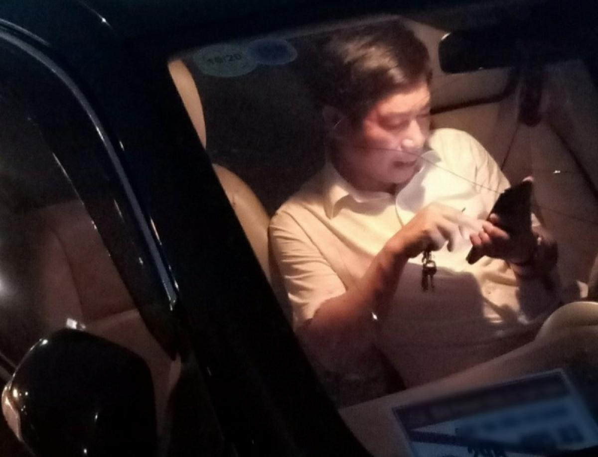Ông Nguyễn Văn Điều trên chiếc xe ô tô gây tai nạn.