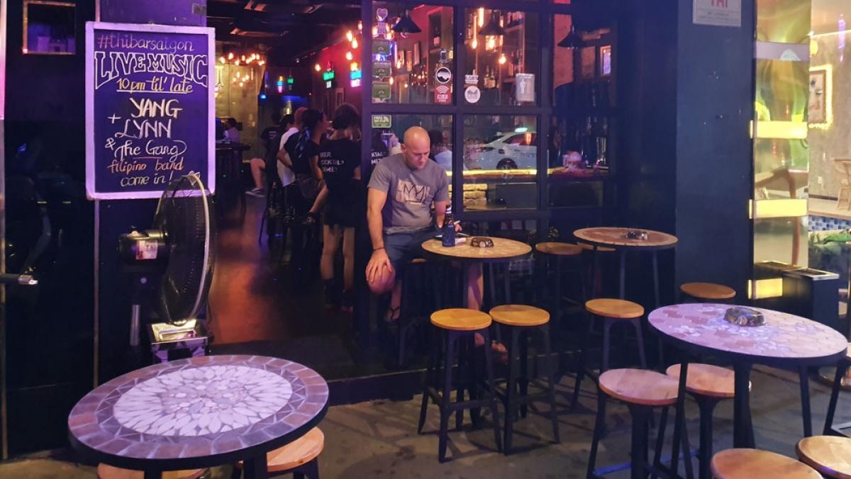 Một số quán bar có khách nhưng không đảm bảo khoảng cách tối thiểu