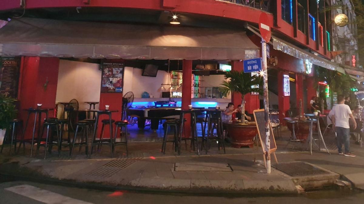 Những bộ bàn ghế trống tại một quán bar ngay đầu đường Bùi Viện