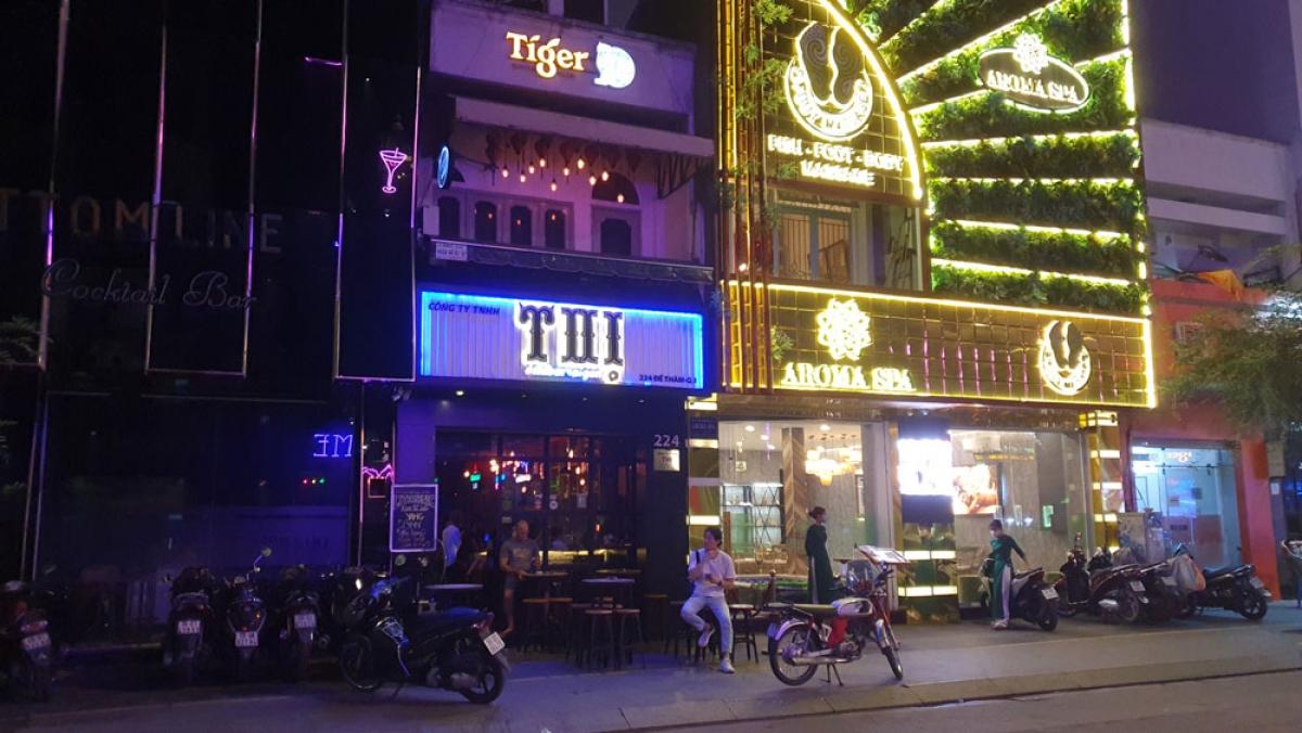 Các quán bar đã lên đèn sáng rực, tiếng nhạc chát chúa ngập cả con phố Bùi Viện