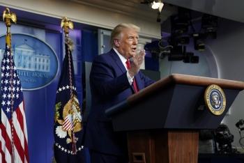 Ông Trump: Giám đốc CDC sai lầm khi nói khẩu trang hiệu quả hơn vaccine Covid-19