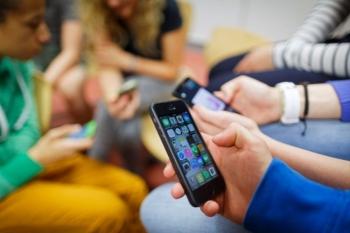 Cho phép học sinh dùng điện thoại trong lớp: Quy định cởi mở, nhưng cần cụ thể