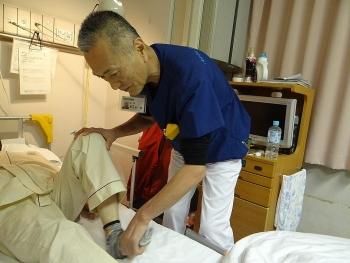 Tình cảnh 'người già chữa bệnh cho người già'