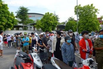 Ảnh: Người dân chen chúc chờ tiêm vắc xin phòng COVID-19 ở Hà Nội