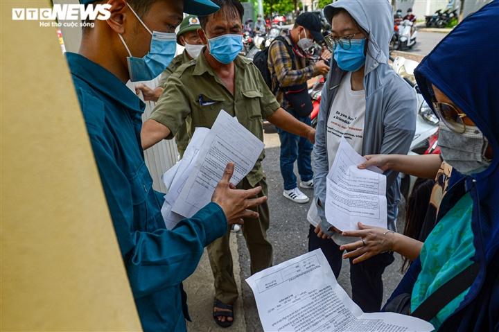 Ảnh: Người dân chen chúc chờ tiêm vắc xin phòng COVID-19 ở Hà Nội - 6