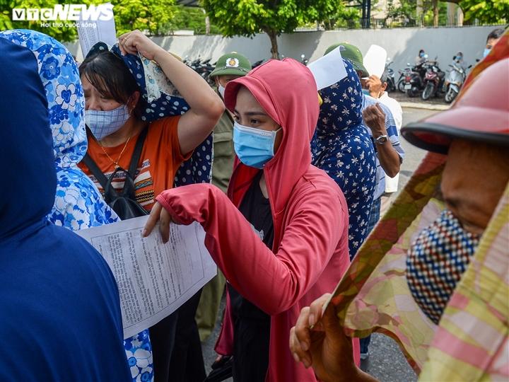 Ảnh: Người dân chen chúc chờ tiêm vắc xin phòng COVID-19 ở Hà Nội - 7