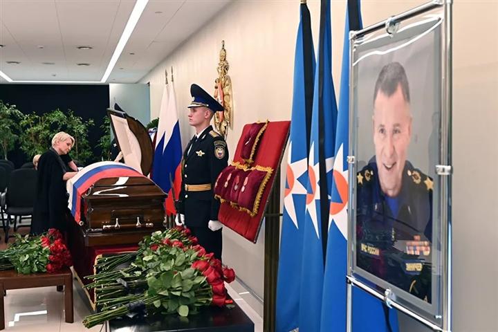 Xúc động khoảnh khắc Tổng thống Putin gục đầu bên linh cữu Đại tướng Zinichev