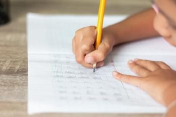 Học sinh viết chữ xấu bị giáo viên rạch tay chấn động Trung Quốc