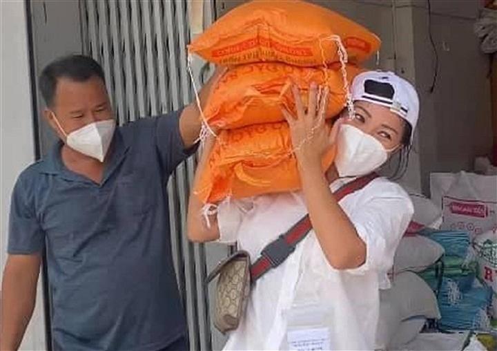 Việt Hương, Thủy Tiên và nhiều sao Việt tạm dừng từ thiện - 8
