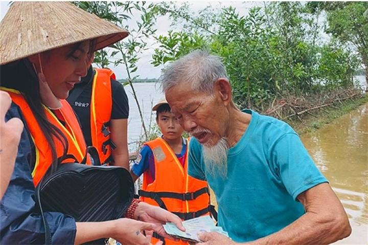 Việt Hương, Thủy Tiên và nhiều sao Việt tạm dừng từ thiện - 2