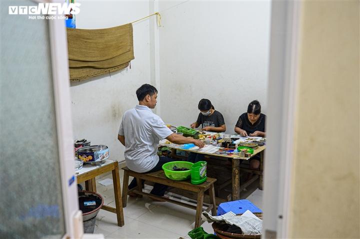 Hà Nội: Làng nghề Kiêu Kỵ rền vang tiếng búa dát vàng sau nhiều tháng yên ắng - 1
