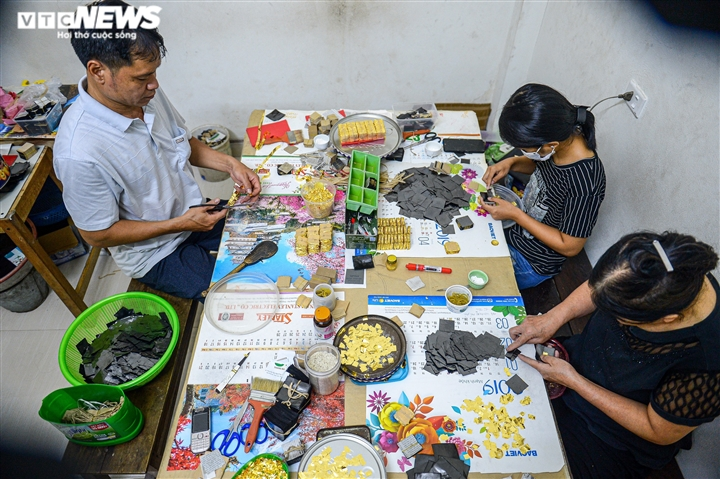 Hà Nội: Làng nghề Kiêu Kỵ rền vang tiếng búa dát vàng sau nhiều tháng yên ắng - 3