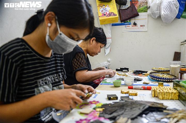 Hà Nội: Làng nghề Kiêu Kỵ rền vang tiếng búa dát vàng sau nhiều tháng yên ắng - 5