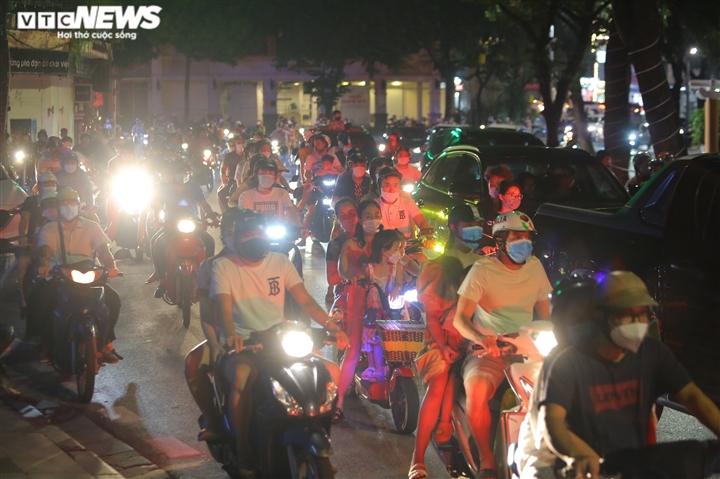 Người dân ùa ra đường đi chơi Trung Thu, phố cổ Hà Nội chật cứng - 8
