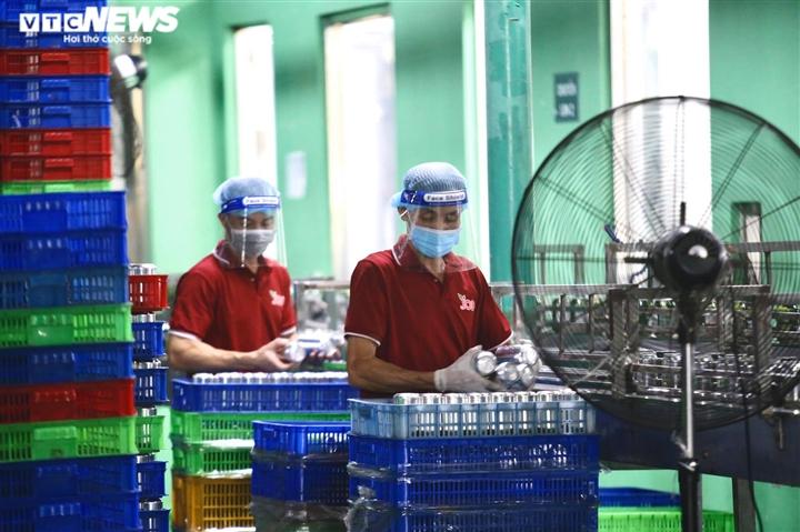 """Ảnh: Bên trong nhà máy hoạt động """"3 tại chỗ"""" giữa tâm dịch Bình Dương"""