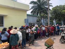 Giữa ồn ào bị kiện, Noo Phước Thịnh đeo khẩu trang đi phát cơm từ thiện