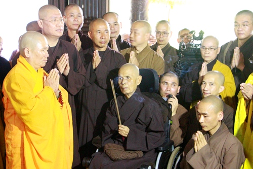 thien su thich nhat hanh ao uoc tro ve song noi dat to