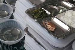 Thương bữa ăn học trò phải gánh thêm ...ông to, ông nhỏ
