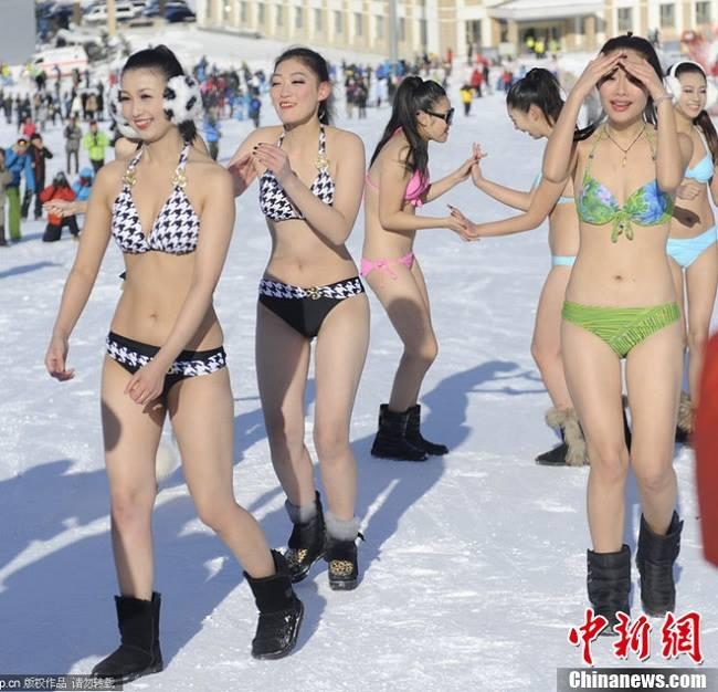 khong chi ky duyen choi lieu nhieu gai xinh tung mac doc noi y bikini giua tuyet