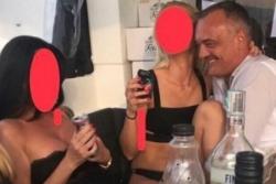 Thị trưởng lộ băng sex với gái gọi vẫn tái cử
