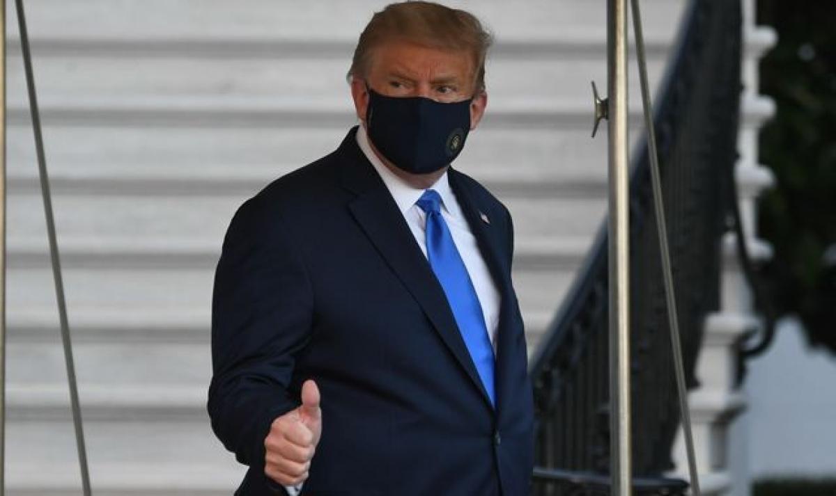 Tổng thống Trump bước ra khỏi Nhà Trắng vào chiều tối 02/10 (theo giờ địa phương), giơ ngón tay cái với mọi người nhưng không nói điều gì. Ảnh: Sky News