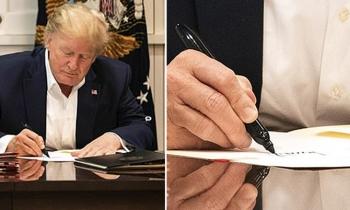 Trump bị chế giễu diễn cảnh làm việc trong khi điều trị Covid-19