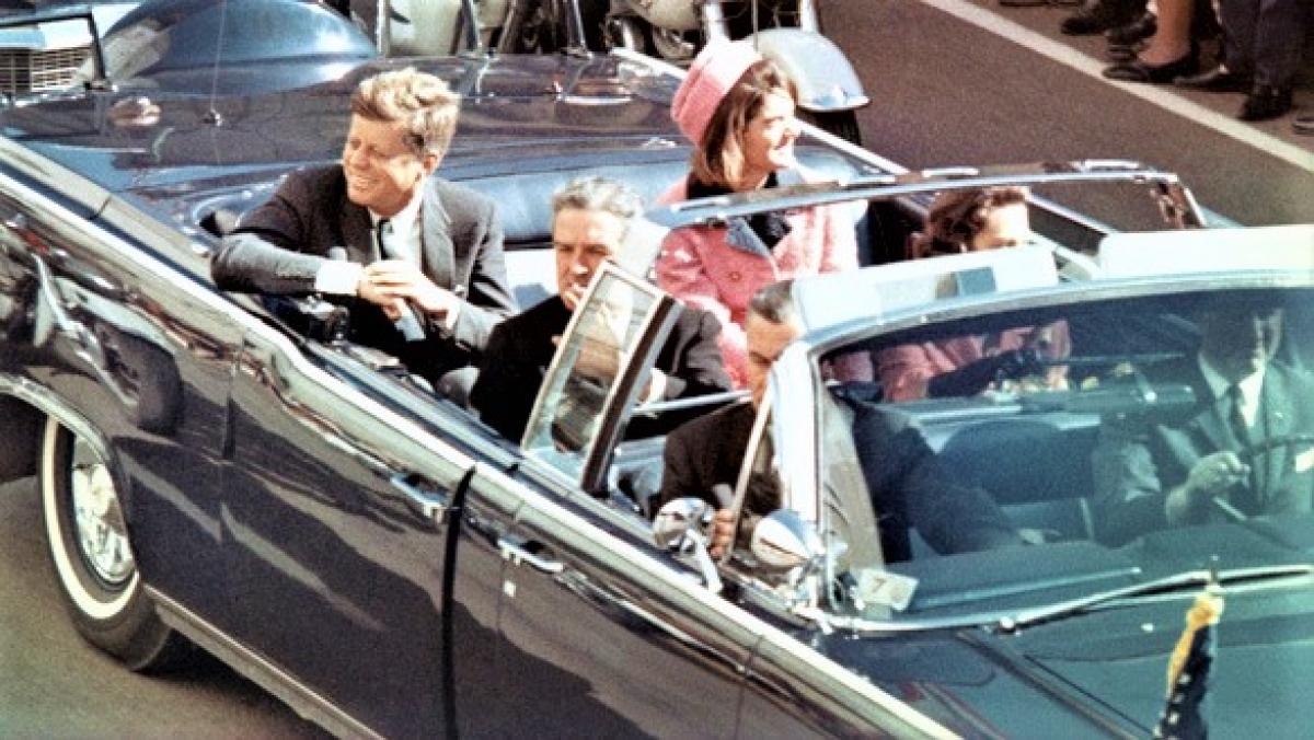 Tổng thống John F. Kennedy cùng phu nhân; Nguồn: History.com