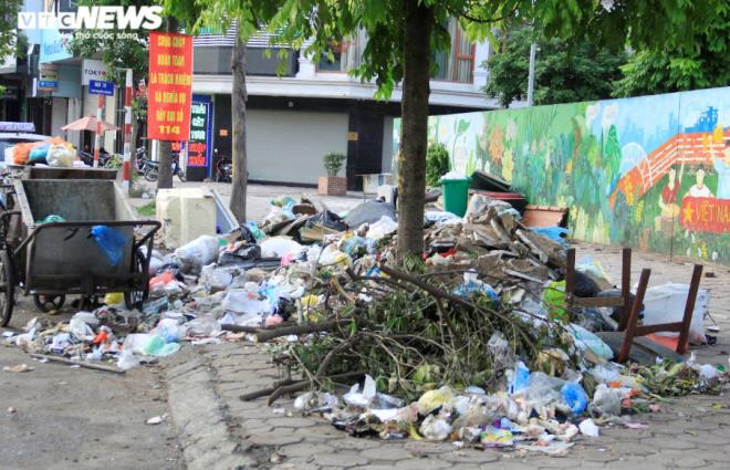 Tài xế xe thu gom rác đình công, người Hà Nội khốn khổ vì môi trường ô nhiễm - 1