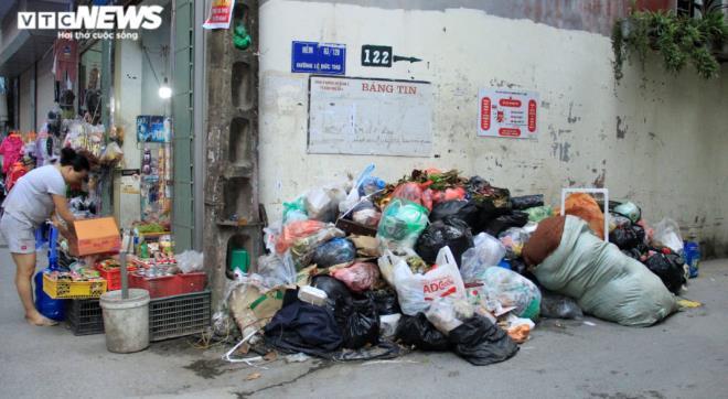 Tài xế xe thu gom rác đình công, người Hà Nội khốn khổ vì môi trường ô nhiễm - 6