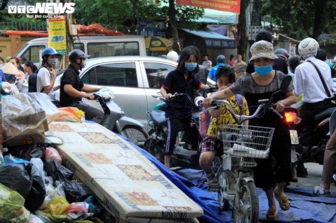 Tài xế xe thu gom rác đình công, người Hà Nội khốn khổ vì môi trường ô nhiễm - 8