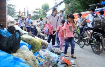 Tài xế xe thu gom rác đình công, người Hà Nội khốn khổ vì môi trường ô nhiễm