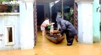 Thủy điện xả tràn, dân miền Trung chìm trong biển nước, 30 người chết, mất tích