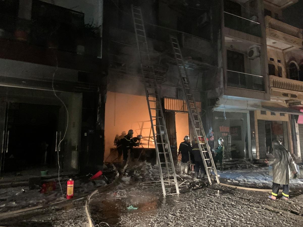 Theo thông tin ban đầu, vào khoảng 21h tối 14/10, một vụ hoả hoạn xảy ra tại cơ sở kinh doanh ga số 169 đường Phan Xích, xã Tân Hội (huyện Đan Phượng, Hà Nội). Thời điểm xảy ra vụ hoả hoạn có 5 người bị mắc kẹt phía trong gồm 2 người lớn và 3 trẻ em.